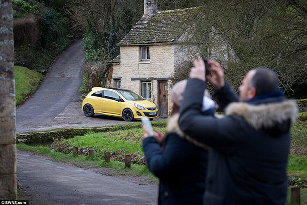 Yellow fever: Hundreds of brightly coloured yellow cars descend on idyllic Cotswold village
